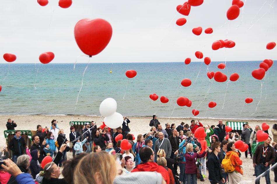 Emotionale Tradition beim jährlichen Herztreffen für 65 Familien an stärkender Ostseeluft: das Steigenlassen von Herz-Luftballons.